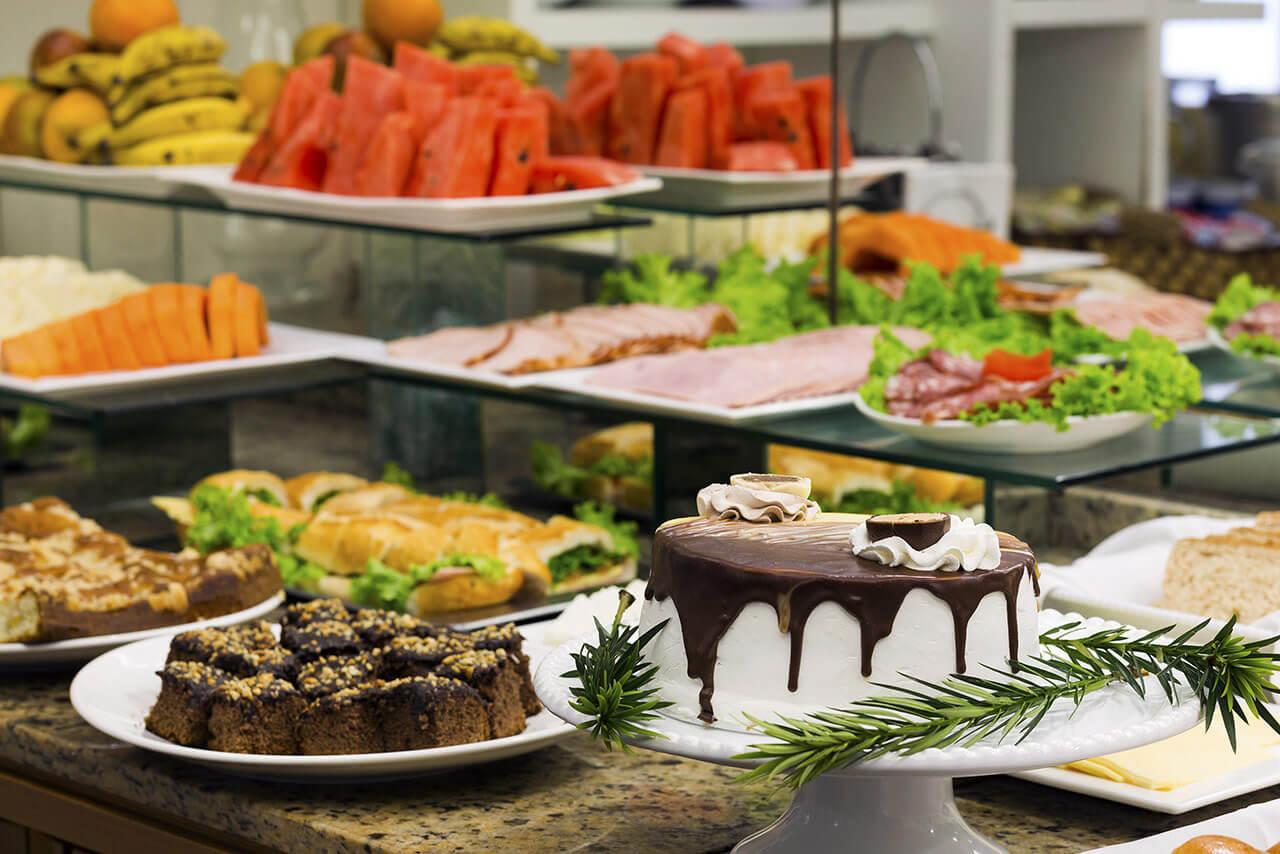 Foto Café da Manhã com bolos, frios e frutas Tropikalya Prime Hotel